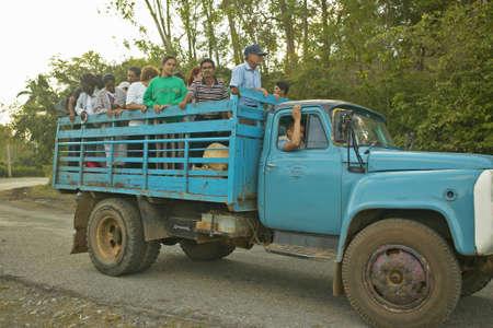 Grupo de personas que viajaban en la parte trasera de un camión en el Valle de Viales, en el centro de Cuba