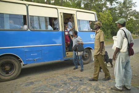 Grupo de personas que viajan en el autobús en el Valle de Viales, en el centro de Cuba Editorial
