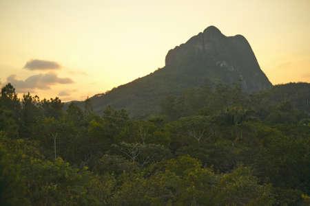 Puesta del sol de la montaña que parece una cara en el Valle de Viales, en el centro de Cuba Foto de archivo