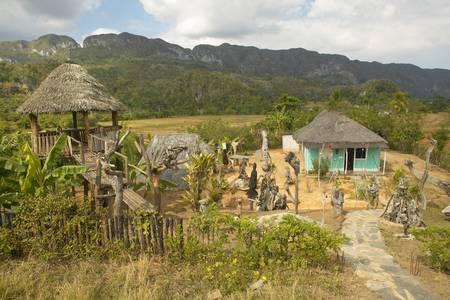 Residencia del artista con obras de arte en el Valle de Viales, en el centro de Cuba