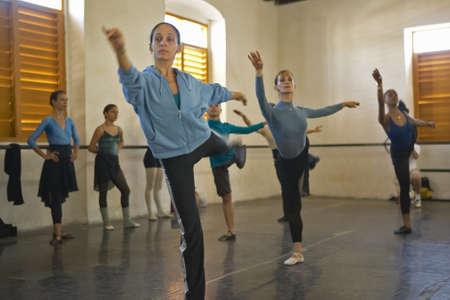 プロ ・ ダンザ ・ バレエ ダンス スタジオ、学校、キューバで若い女性バレリーナ 報道画像