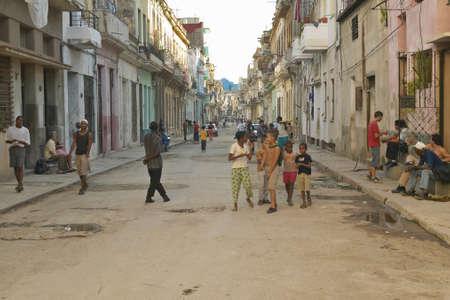 ハバナ, キューバの古い町並みの通りで遊ぶ子供たち