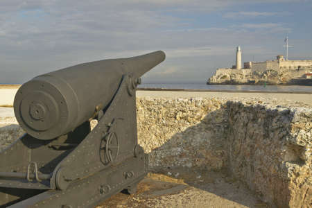 the sentry: Cannon y la torre de guardia de El Morro, Castillo del Morro, en La Habana, Cuba Editorial