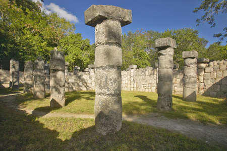 Columns surrounding grassy courtyard for ballgames at Chichen Itza, Mayan Ruins in the Yucatan Peninsula, Mexico Imagens