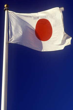 bandera japon: Bandera japonesa volando en el cielo azul