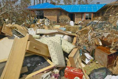 大きくフロリダ州ペンサコラのハリケーン Ivan によってヒットの家の前の残骸
