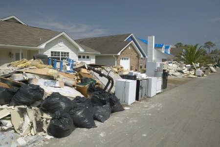 Row of suburban houses with debris after Hurricane Ivan in Pensacola Florida 版權商用圖片 - 20711718