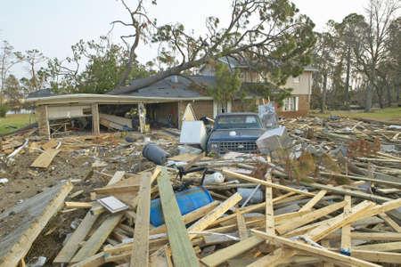 ツリーや大きくフロリダ州ペンサコラのハリケーン Ivan によってヒット家の前にゴミが落ちてください。