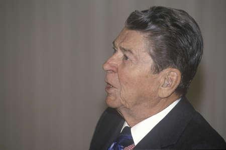 alger: Presidente Reagan, che indossa l'apparecchio acustico, presenta una introduzione per il Alger Association Horatio