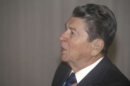 Reagan 대통령, 보청기 착용, Horatio Alger Association에 대한 소개 제공