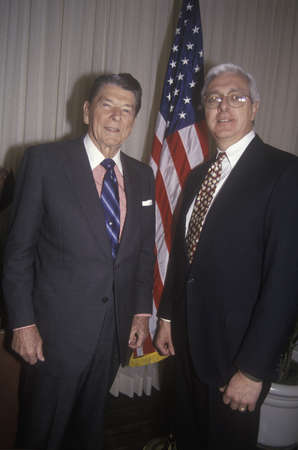 ronald reagan: President Ronald Reagan and a politician posing
