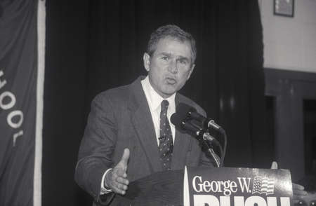 George W. Bush speaking at Londonderry High School, NH, January 2000 Editöryel