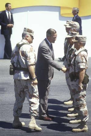 desert storm: El presidente Bush saluda a los militares y Schwartzkopf General durante el Desfile de la Victoria Desert Storm en Washington, DC 1991