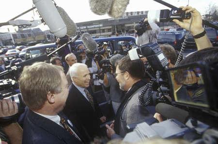 Senator John McCain during Republican primaries in Concord, NH, 2000 新聞圖片