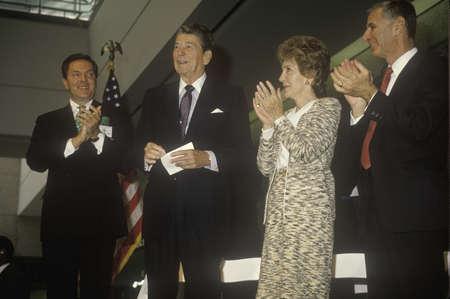 Ronald Reagan 대통령, Reagan 여사, George Deukmejian 캘리포니아 주지사, Ronald Reagan 박수 갈채