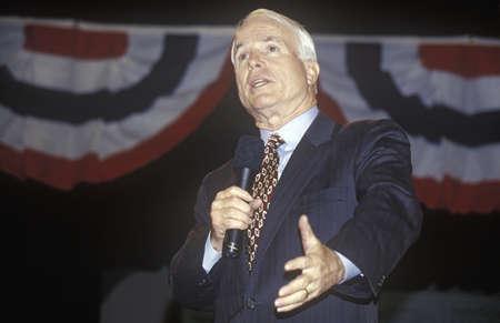 上院議員ジョン McCain 2000 年 1 月 Anselm の大学、ニューハンプシャー州で大統領の青年フォーラムで話す