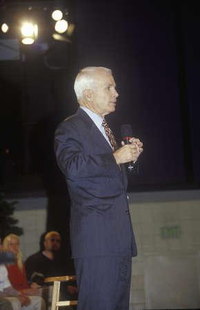 Senator John McCain speaking at Presidential Youth Forum at Anselm College, NH, January 2000 Sajtókép