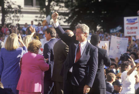 Governor Bill Clinton and Senator Al Gore on the 1992 Buscapade campaign tour in Cleveland, Ohio Redactioneel