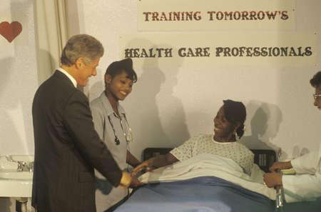 知事ビル ・ クリントンを迎える患者 Maxine 水雇用準備センターで看護師の職業訓練プログラムで、1992 年に時点中央、ラ 写真素材 - 20711971