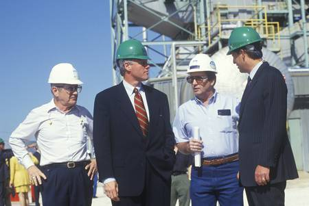 Governor Bill Clinton and Senator Al Gore meet with workers at an electric station on the 1992 Buscapade campaign tour in Waco, Texas Redactioneel