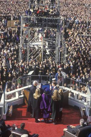 Al Gore, former Vice President, takes the Oath of Office on Inauguration Day from Chief Justice William Rehnquist on January 20, 1993 in Washington, DC Redactioneel