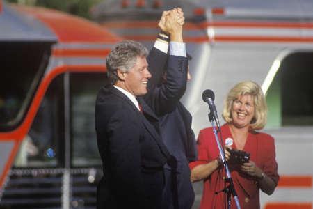 sangre derramada: Gobernador Bill Clinton y el senador Al Gore en un acto de campa�a en Ohio en 1992 su �ltimo d�a de campa�a, Cleveland, Ohio Editorial