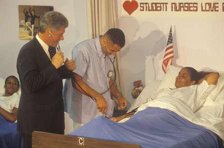 知事ビル ・ クリントンを迎える患者 Maxine 水就職準備センターで看護師の職業訓練プログラムで、1992 年に時点中央、ラ 写真素材 - 20712062