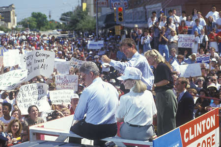 Governor Bill Clinton, Senator Al Gore, Hillary Clinton and Tipper Gore on the 1992 Buscapade campaign tour in Corsicana, Texas Redactioneel