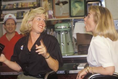 sangre derramada: Tipper Gore y Hillary Clinton en casa de Dee restaurante durante el 1992 Buscapade gira de campa�a de Clinton  Gore en Corsicana, Texas
