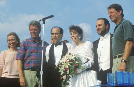 Governor Bill Clinton and Senator Al Gore pose during a wedding ceremony at the Southern Park Mall on the 1992 Buscapade campaign tour in Youngstown, Ohio Redactioneel