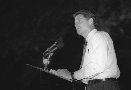 Senator Al Gore addresses the crowd at a DNC Fundraiser in New York City, 1992 Redactioneel