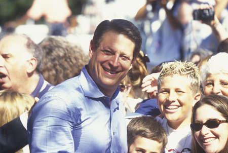 sangre derramada: Vice Presidente Al Gore campa�as para la nominaci�n presidencial del Partido Dem�crata en Lakewood Park en Sunnyvale, California Editorial