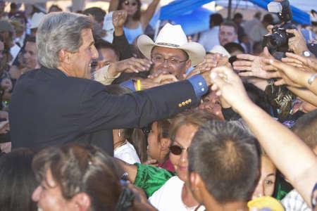 poign�es de main: Poign�es de main le s�nateur John Kerry avec les membres de l'auditoire de la c�r�monie indienne Intertribal 83e, Gallup