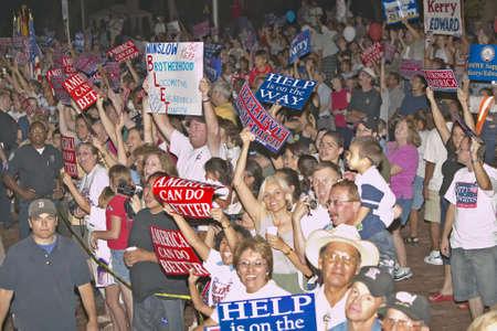 看板、ウィンズロー, アリゾナ州のケリー候補のキャンペーンの支持者の群衆 報道画像