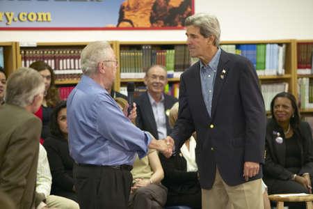 manos estrechadas: El senador John Kerry estrechando la mano de un asistente en la Cadwallader Ralph Escuela Intermedia, Las Vegas, NV Editorial