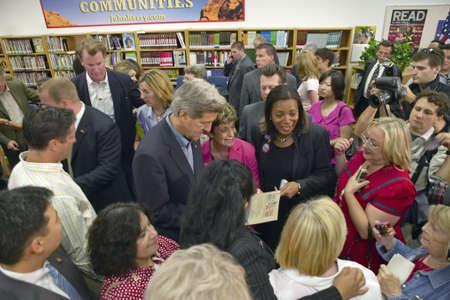 interactions: Senator John Kerry interactie met de deelnemers aan de Ralph Cadwallader Middle School, Las Vegas, NV Redactioneel