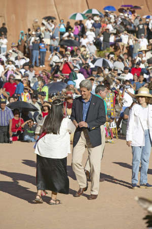 manos estrechadas: Cambio del apret�n de manos del senador John Kerry, con el miembro de Intertribal Ceremonia india, Gallup, NM Editorial