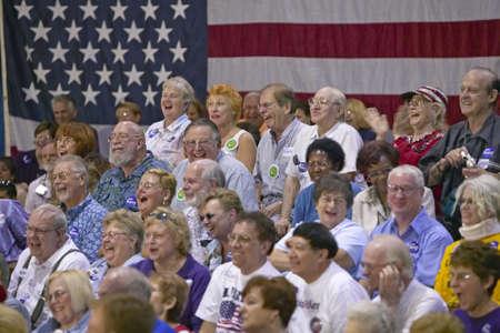 rec: Udienza di pensionati ridere a senatore John Kerry comizio elettorale, Valley View Rec Center, Henderson, NV Editoriali