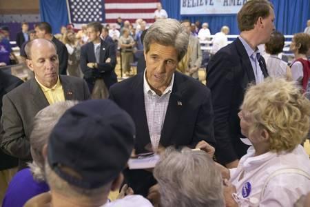 rec: Il senatore John Kerry interagire con la folla di anziani presso il Valley View Rec Center, Henderson, NV