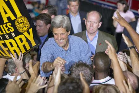 manos estrechadas: El senador John Kerry saluda a partidarios en el Thomas & Mack Center de la UNLV, Las Vegas, NV