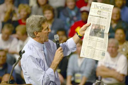 上院議員ジョン ・ ケリーは 2004 年に南オハイオ州高校体育館での支持者の聴衆をアドレスします。 報道画像