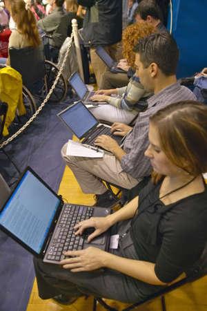 南オハイオ州のケリーエドワーズ ラリーでラップトップ コンピューターの学生 報道画像