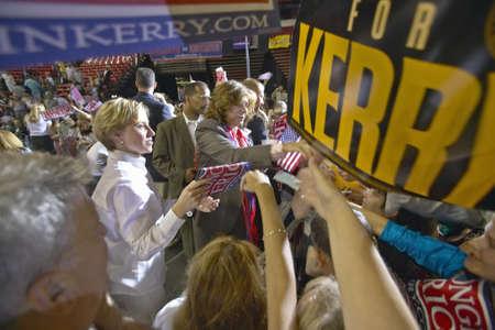 manos estrechadas: Teresa Heinz Kerry interact�a con multitud de seguidores en el Thomas & Mack Center de la UNLV, Las Vegas, NV