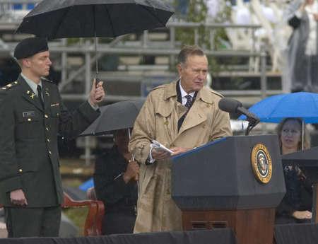 元米国大統領ジョージ HW ブッシュは 2004 年 11 月 18 日リトルロック、AK の William J クリントン プレジデンシャル センターのグランドオープニング式 報道画像