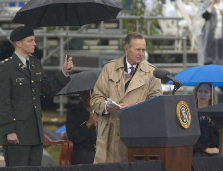 Former US President George HW Bush speaks during the grand opening ceremony of the William J. Clinton Presidential Center in Little Rock, AK 18 November 2004. Editoriali