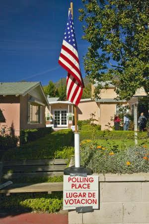 encuestando: Entrada exterior a un lugar de votaci�n, CA