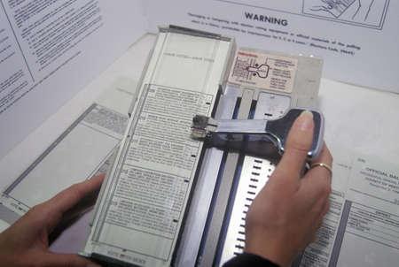Close-up d'un bureau de vote et la machine de vote avec bulletin de vote, CA