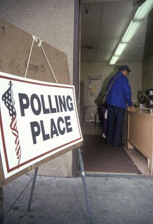 encuestando: Voluntarios asisten a los votantes en la elecci�n de un lugar de votaci�n, CA