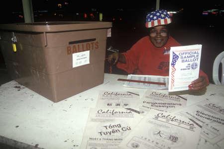 encuestando: Voluntario de la elecci�n y la urna en un lugar de votaci�n, CA Editorial