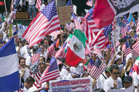 Hundreds of thousands of immigrants participate in march for Immigrants and Mexicans protesting against Illegal Immigration reform by U.S. Congress, Los Angeles, CA, May 1, 2006 版權商用圖片 - 20712721